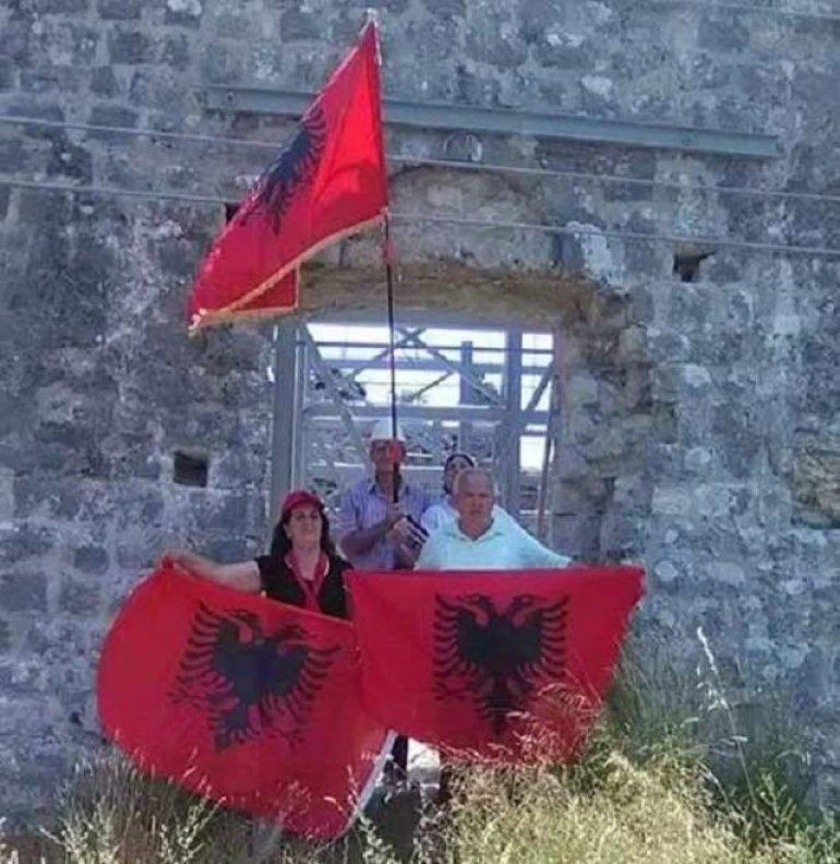 Image result for Shqiptarët vendosin flamurin kuq e zi në kishën ilire në Ulqin